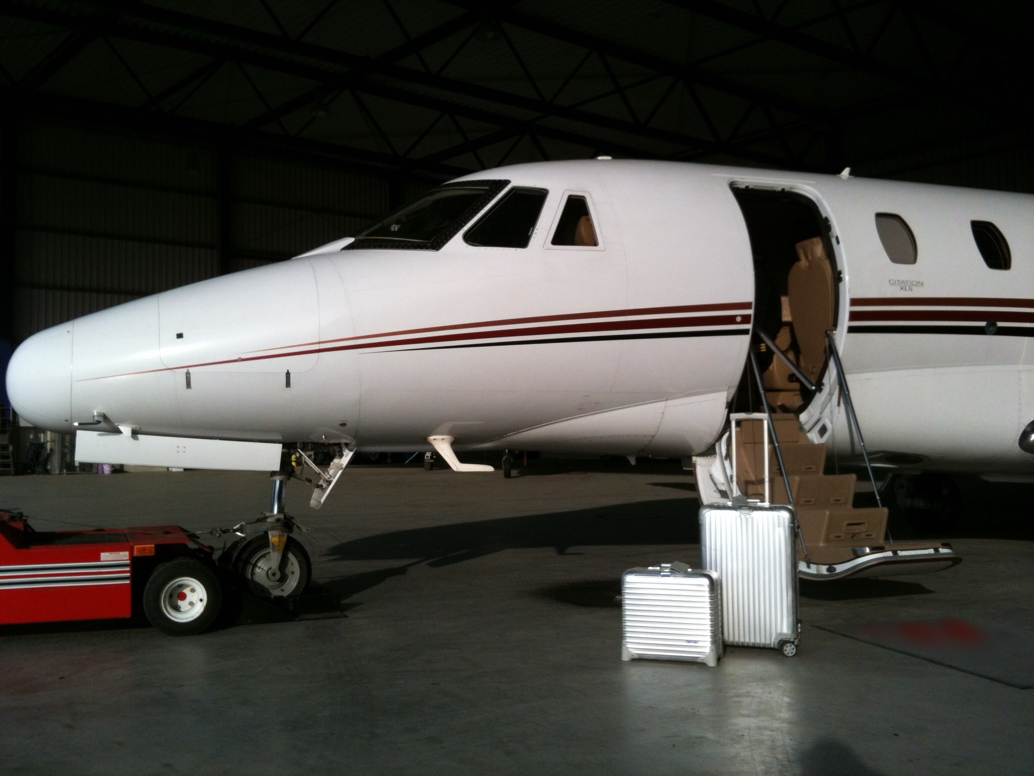 rimowa, suitcase, private jet, citation xls, hangar, flyprivate, pilot